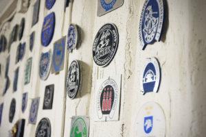 Bild på väggen med plaketter